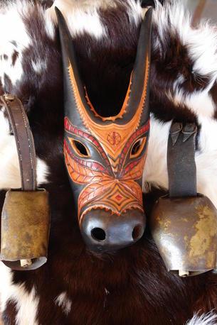 Su Boe: Ochsenkopfmaske aus Leder, schwarz